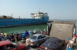 Более тысячи автомобилей ожидают очереди на паром в Крым