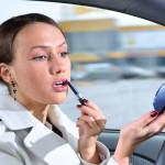 Женщинам запретили краситься за рулём