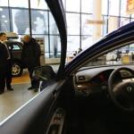 СМИ: Автодилеры приостановили продажи иномарок
