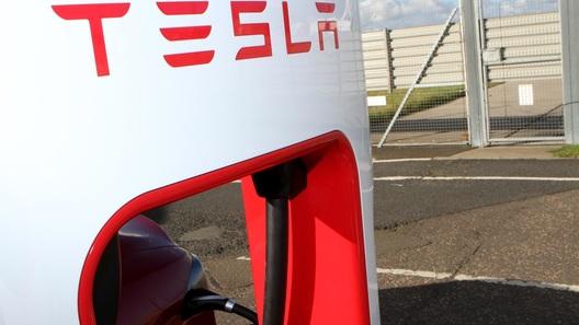 Tesla просит владельцев электрокаров не пользоваться зарядными станциями