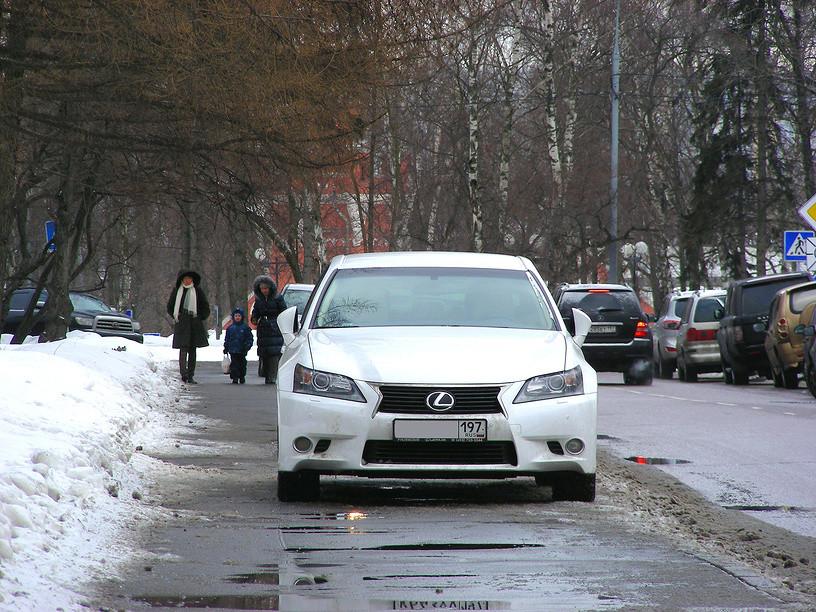 Парковка на тротуаре: власти готовят новое средство борьбы