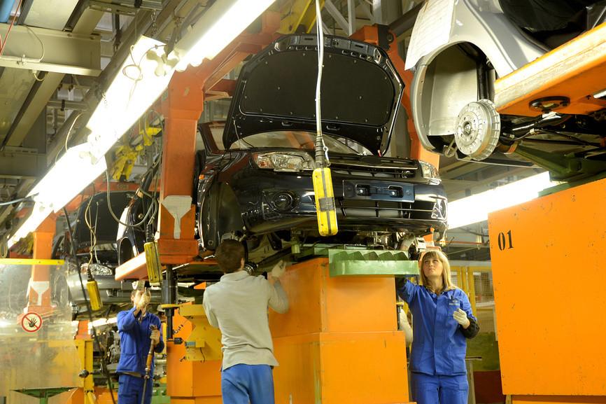 Производство легковушек в России упало на треть