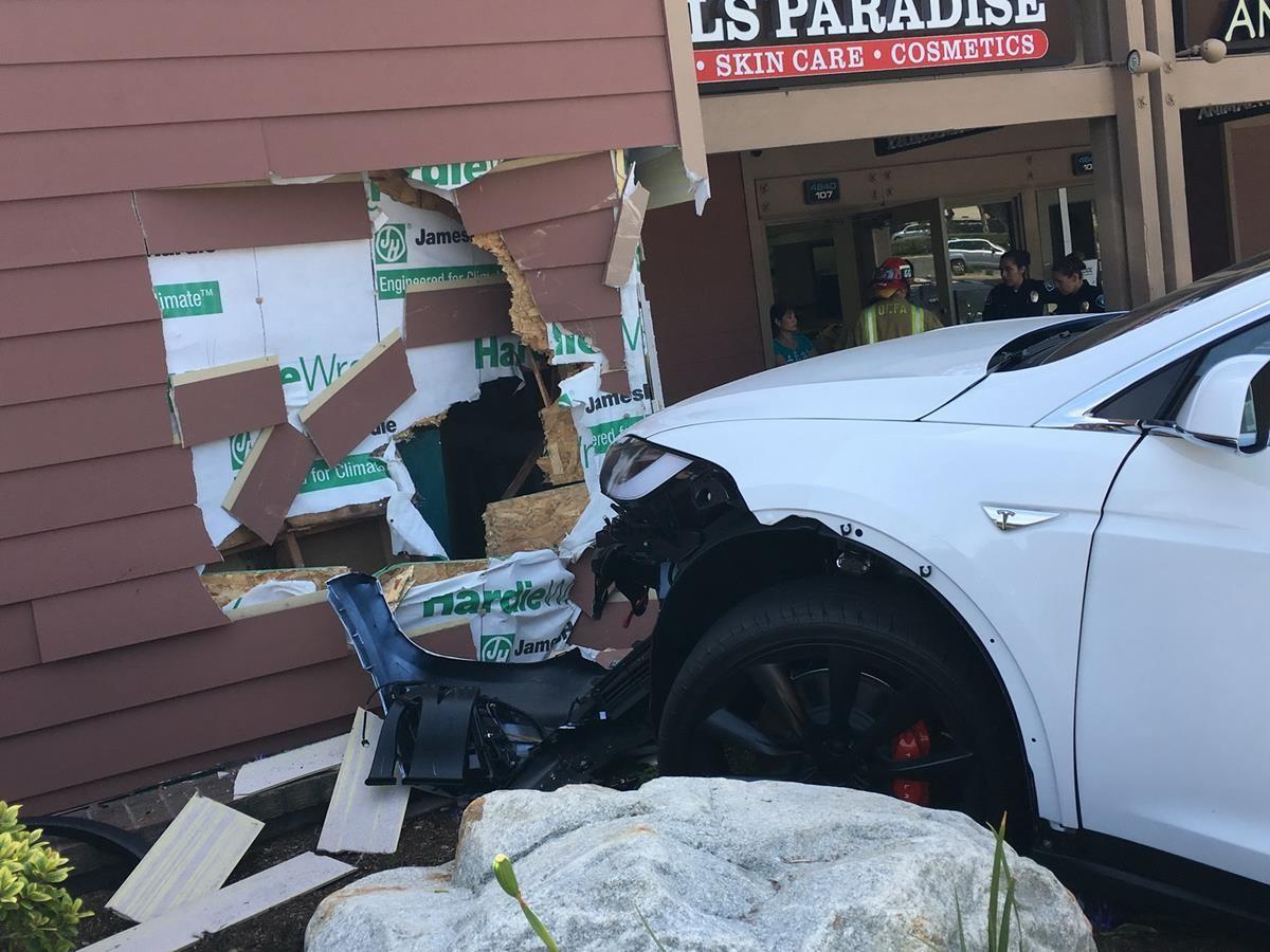 Автопилот Tesla спровоцировал очередной скандал