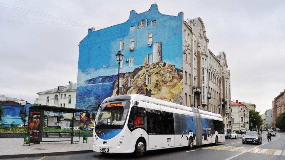 На улицы Москвы выехал гибридный троллейбус