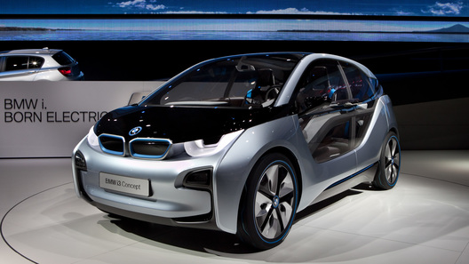 Компания BMW намерена взвинтить продажи электрокаров до небес
