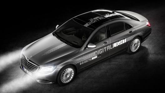 Компания Mercedes-Benz представила фары, которые подсказывают дорогу