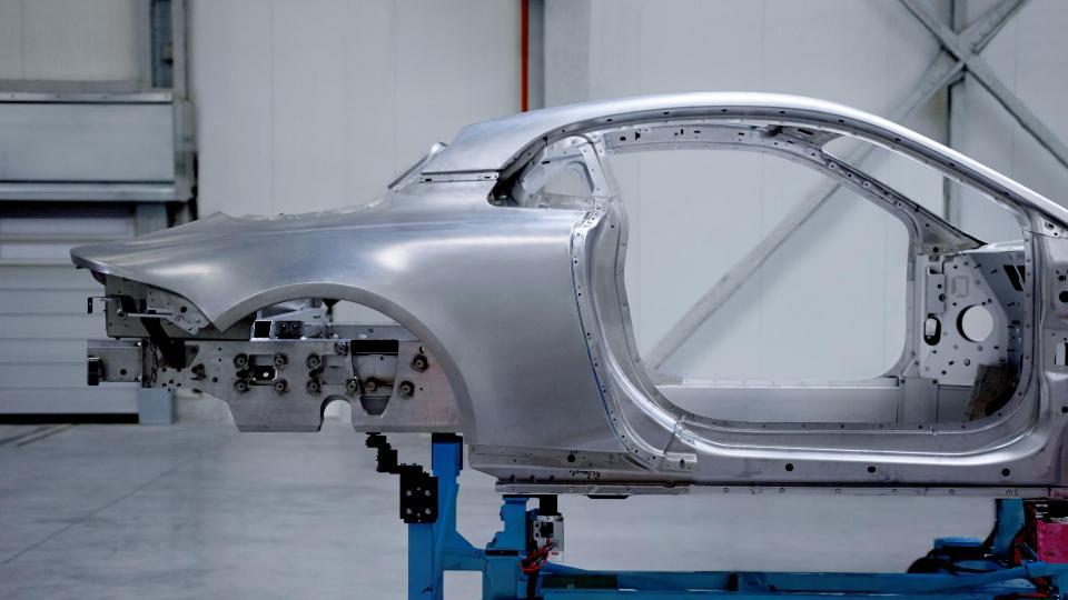 Renault раскрыла алюминиевый кузов нового спорткупе