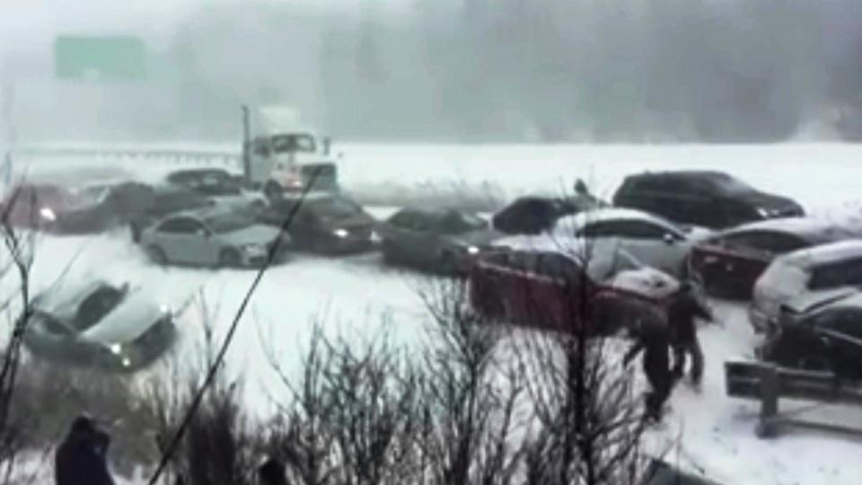 На шоссе в Квебеке из-за снегопада столкнулись 50 машин