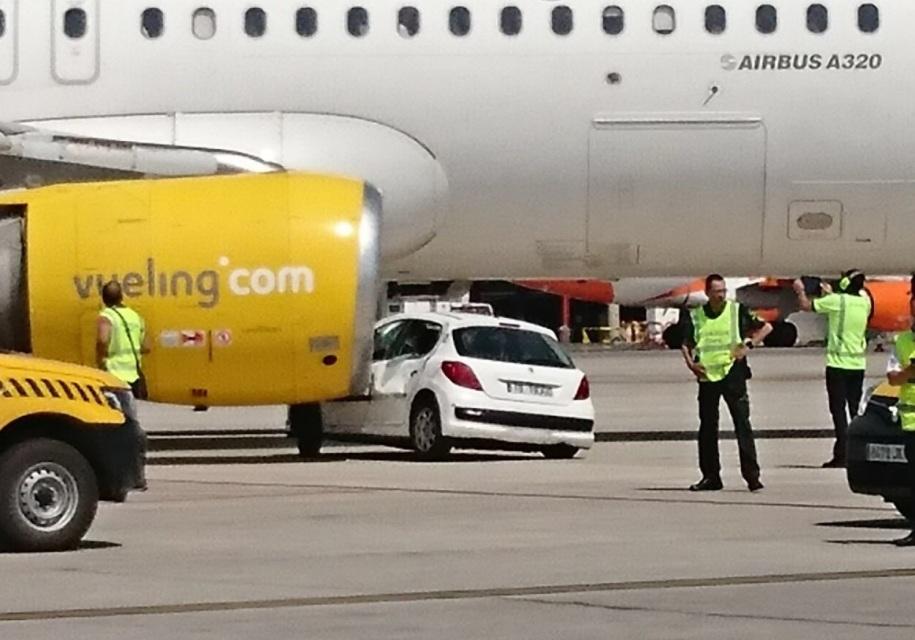 В Испании «Пежо» попал под самолет