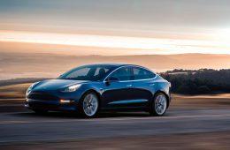 Tesla представила серийную версию Model 3