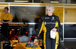 Renault пустила за руль болида «Формулы» 79-летнюю старушку
