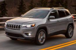 После рестайлинга кроссовер Jeep Cherokee сменил облик