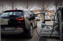 Австрийцы испытали робота для зарядки электрокаров