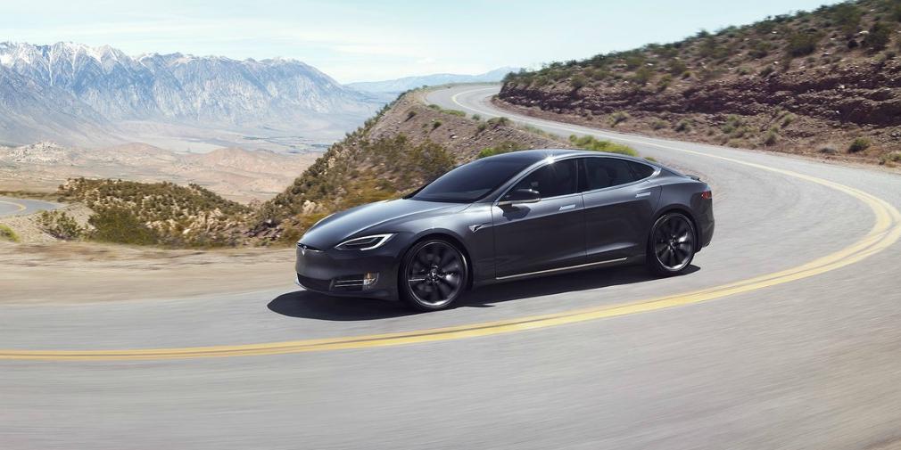Электрокар Tesla пролетел 30 метров после превышения скорости