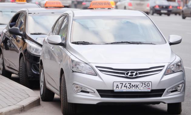 В РФ хотят запретить работать таксистами водителям без российских прав