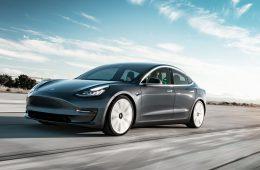 Tesla снижает цены на электрокары и переходит на онлайн-продажи