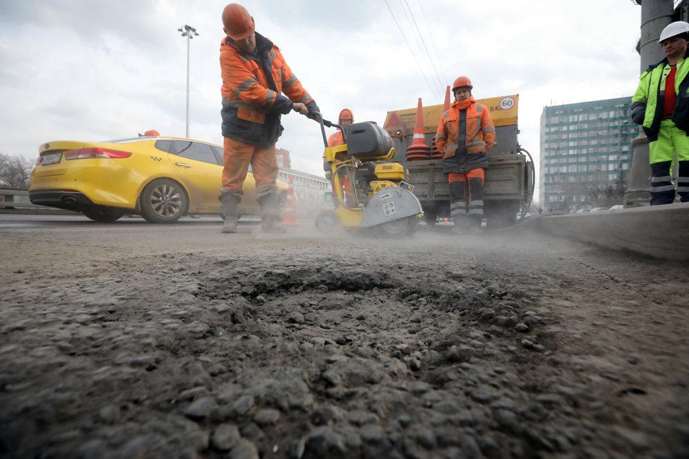 В Москве начали обновлять дорожное покрытие