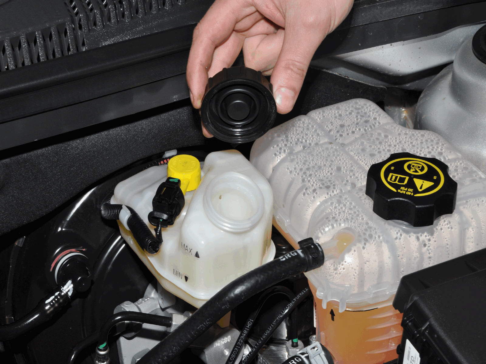 Какие жидкости нужно проверять в автомобиле