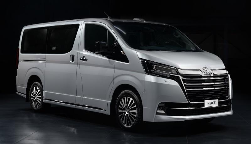 Toyota привезла в Россию люксовую версию минивэна Hiace