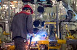 Производство автомобилей в России упало на 79%
