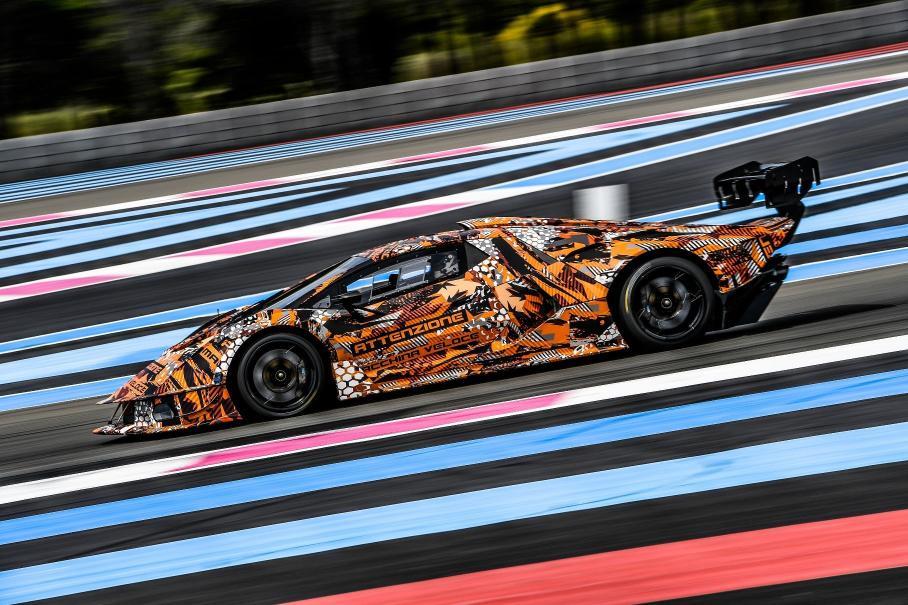 Посмотрите, как Lamborghini тестирует гоночный гиперкар с V12