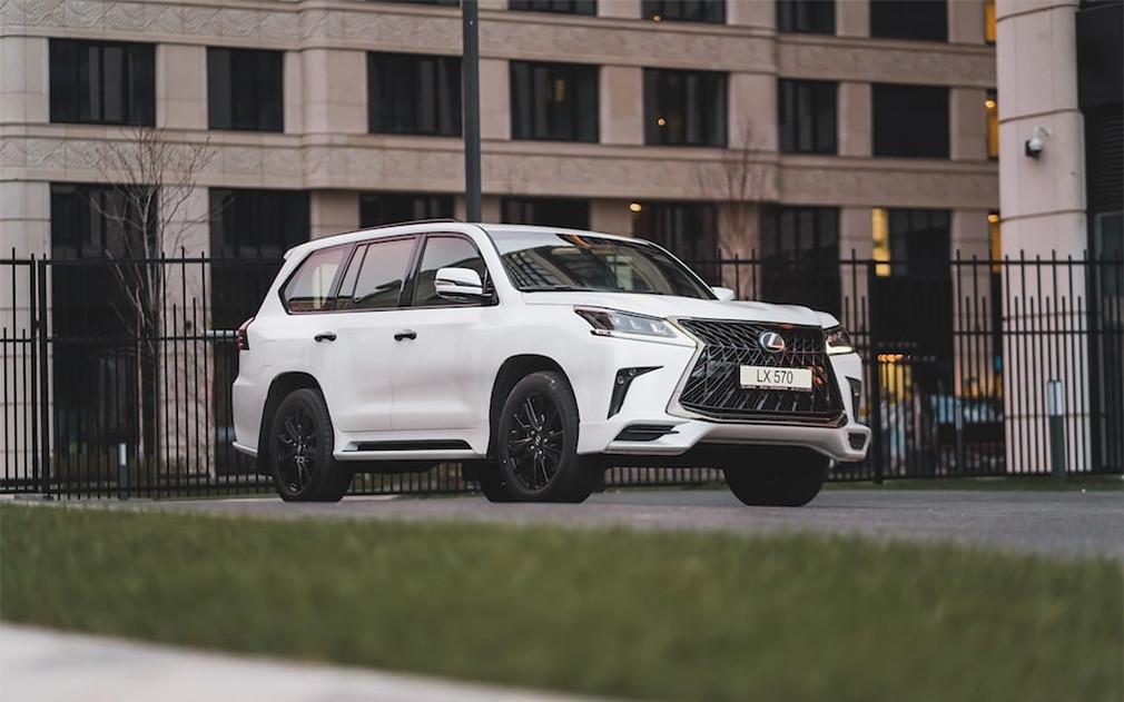 Lexus привез в Россию «черную» версию флагманского внедорожника LX