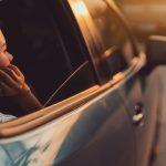 Почему не стоит открывать окна во время движения на автомобиле