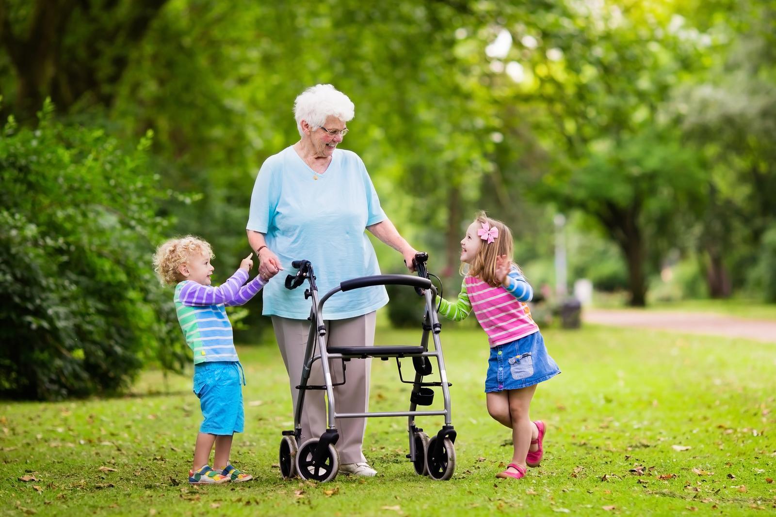 Назначение ходунков для пожилых людей