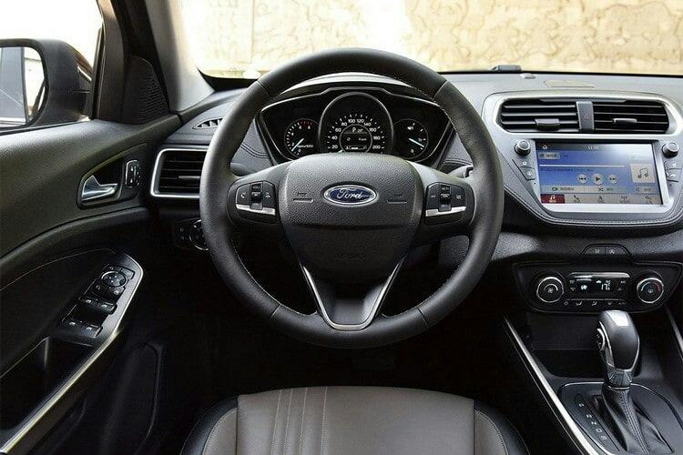 Бюджетный седан Ford Escort на базе старого Фокуса ещё раз обновлён: теперь с табло в салоне